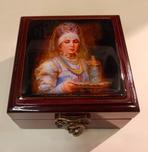 Casket with mirrow. Small. Lady in kokoshnik